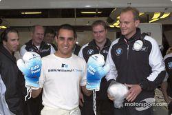 Juan Pablo Montoya recibiendo su regalo de cumpleaños: guantes de box
