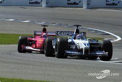 Juan Pablo Montoya superando a Michael Schumacher
