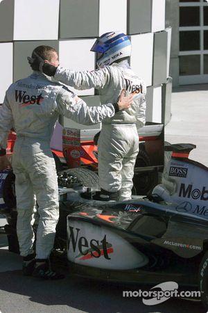 Mika Hakkinen félicité par David Coulthard