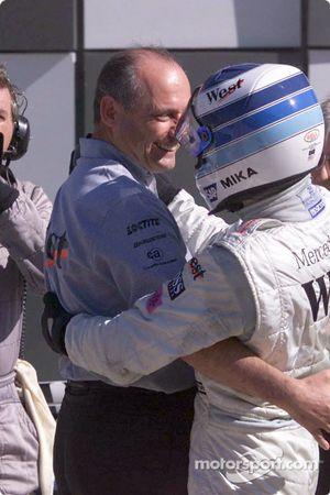 Mika Hakkinen félicité par Ron Dennis