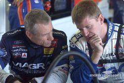 Los compañeros del Roush Racing Mark Martin y Jeff Burton platican en el área de garage