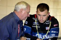 Don Miller de Penske Racing y el piloto de Alltel, Ryan Newman