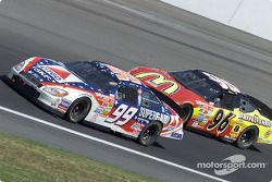 Jeff Burton aventaja a Andy Houston en la curva 4