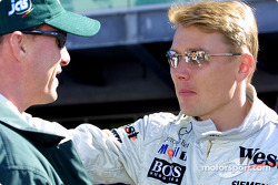 Eddie Irvine en discussion avec Mika Hakkinen