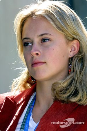 Su nombre es Elly Green, es bailarina de ballet y la nueva prometida e un piloto de F1 llamado Jacques
