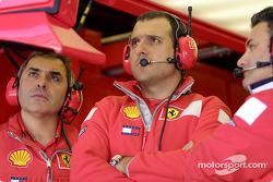 Le garage Ferrari pendant les qualifications