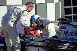 David Coulthard félicite Mika Hakkinen après la course
