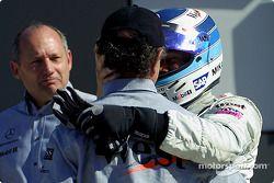 Jo Ramírez felicitando a Mika Hakkinen, mientras Ron Dennis observa