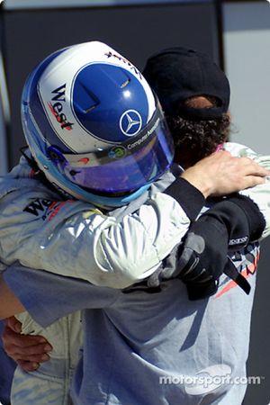 Jo Ramírez felicitando a Mika Hakkinen