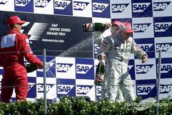 Le podium: douche au champagne pour Mika Hakkinen