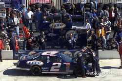 Se sube el cofre en el Ford Taurus de Rusty Wallace a inicios de la carrera