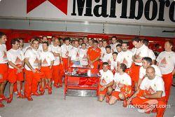 El Equipo Ferrari celebrando la última carrera de Oreste Giovannini