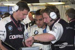 Juan Pablo Montoya discutiendo con sus ingenieros