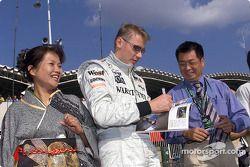 Mika Hakkinen firmando autógrafos