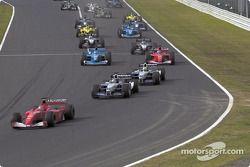Primera vuelta: Michael Schumacher delante de Juan Pablo Montoya y Ralf Schumacher