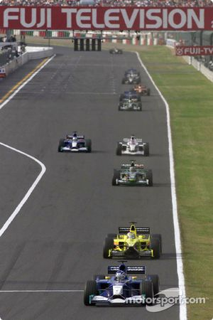 Kimi Raikkonen liderando a Jean Alesi