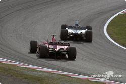Juan Pablo Montoya rebasando a Rubens Barrichello