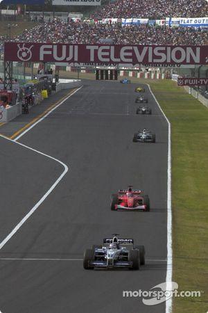 Juan Pablo Montoya delante de Rubens Barrichello