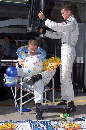 David Coulthard dándole sus regalos a Mika Hakkinen