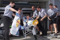 El Equipo McLaren dándole a Mika Hakkinen algunas últiles cosas para su descanso el próximo año