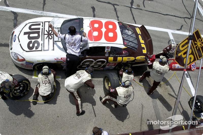 El lider de puntos, Dale Jarrett entra a pits para recibir servicio en camino a terminar en el sitio