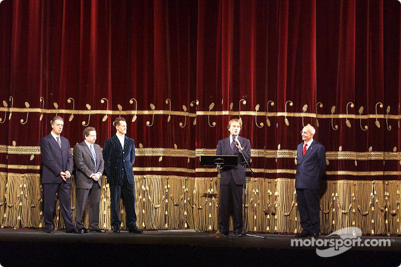 Milán, Teatro alla Scala: Luca di Montezemelo presentando a Michael Schumacher y Jean Todt