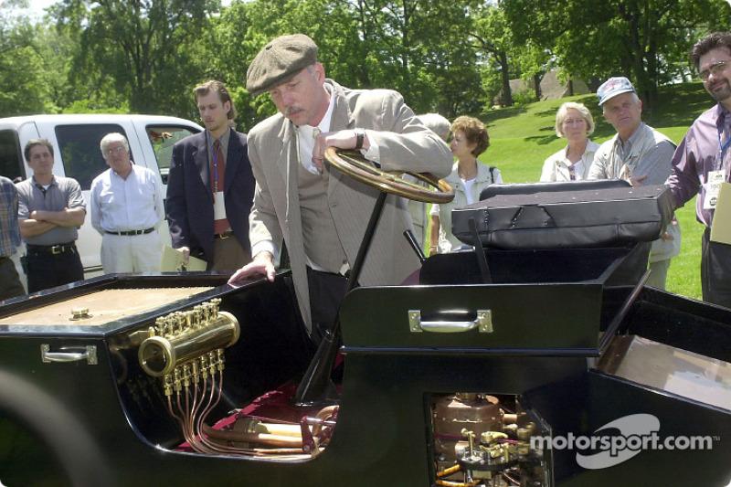 lenn Miller, ingénieur de développement Ford Special Vehicle Engineering, montre une réplique de la Ford Sweepstakes 1901 au Greenfield Village de Dearborn, Michigan