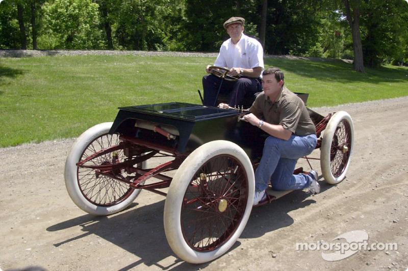Dale Jarrett (Champion 1999 de NASCAR Winston Cup), à gauche, et son chef d'équipe Todd Parrott à côté d'une Ford 1901 Sweepstakes