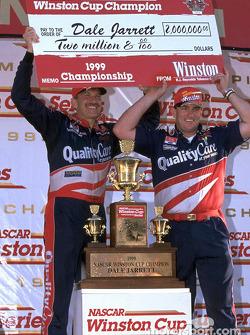 Champions de Winston Cup : Dale Jarrett et son chef d'équipe Todd Parrott après la victoire du titre en 1999