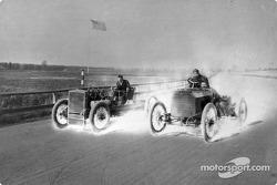 Henry Ford n'a jamais couru de nouveau après sa victoire en 1901, mais il a parfois piloté des voitures de course