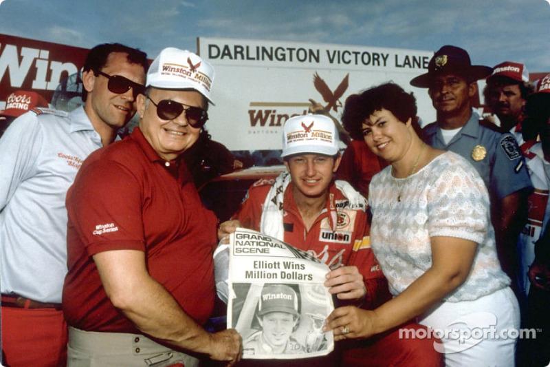 Harry Melling, Bill Elliott y Martha Elliott luego que Bill ganara la carrera y el Winston Million