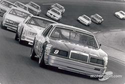 Bill Elliott y su auto número 9, Coors/Melling Ford Thunderbird que ganó un récord de NASCAR con 11