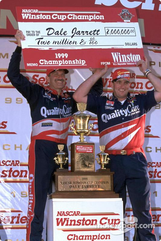 Campeones de la Winston Cup: Dale Jarrett y su jefe de equipo, Todd Parrott tras ganar el campeonato