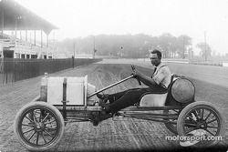Frank Kulick pose dans un modèle T