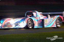 Porsche du Champion Racing n°38 pendant les essais nocturnes