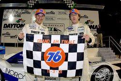 Butch Leitzinger et James Weaver célèbrent leur victoire lors de la finale de la saison Grand-Am à D