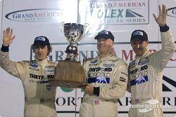 James Weaver, Rob Dyson et Butch Leitzinger soulèvent le trophée du championnat à Daytona