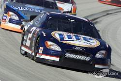 Rusty Wallace aventaja a Mark Martin
