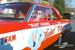 Bud Faubel est encore au volant de sa voiture