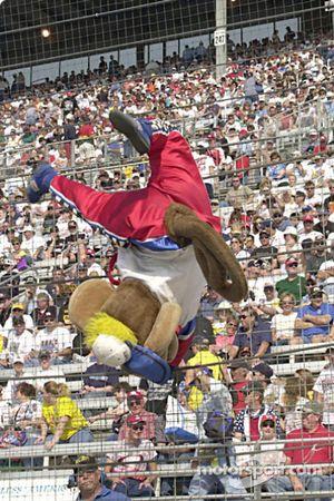 Helio Castroneves a trouvé un nouveau travail comme mascotte de la NASCAR