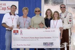 Dale Jarrett et Ford Credit donnent un chèque à la fondation Susan G. Komen Breast Cancer