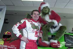 Joe Nemechek annoncé comme pilote de la Ford n°26 du Carter/Haas Racing pour la saison 2002 de Winston Cup : Il est rejoint à la conférence de presse par le Grinch