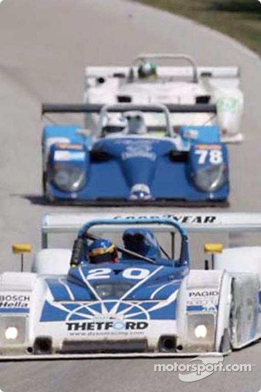 La Ford Riley & Scott du Dyson Racing mène devant deux autres voitures