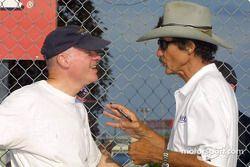 Richard Petty, légende du NASCAR, dicute ave Rob Dyson avant le départ
