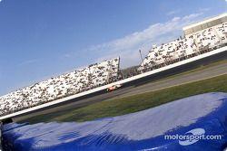 Ricky Craven realiza una carrera de práctica por la mañana mientras la escarcha cubre la barrera de