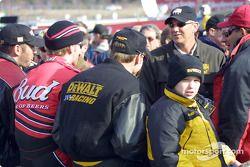 Ceremonia previa a la carrera: Dale Jarrett discutiendo con Dale Earnhardt Jr. y Matt Kenseth