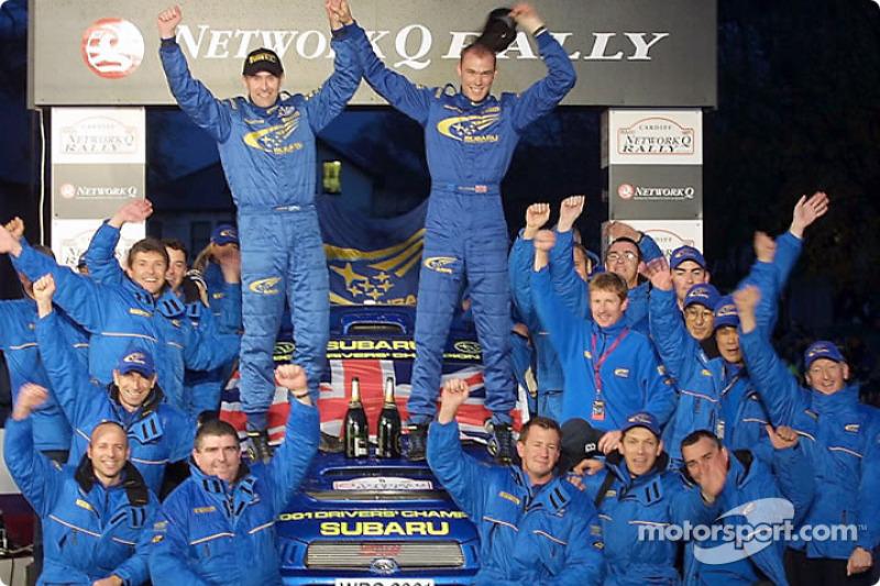 Ричард Бёрнс, Роберт Рид и команда Subaru празднуют победу в чемпионате