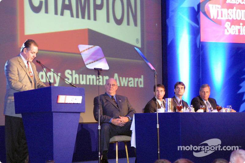 Dave Marcis recibiendo su premio Buddy Sherman a la Excelencia en NASCAR