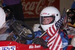 Michael Dowell, le poleman, assis sur la grille