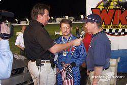 Rob Howden, responsable du magazine Speedway USA, présente le magazine au poleman Michael Dowell